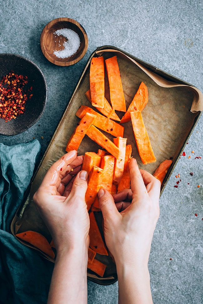 How to get perfectly roasted sweet potatoes #vegan #hormonebalance | TheAwesomeGreen.com