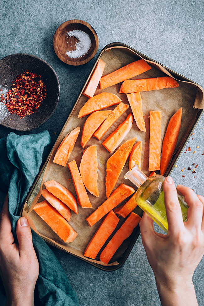 Roasted sweet potato fries #vegan #hormonebalance | TheAwesomeGreen.com