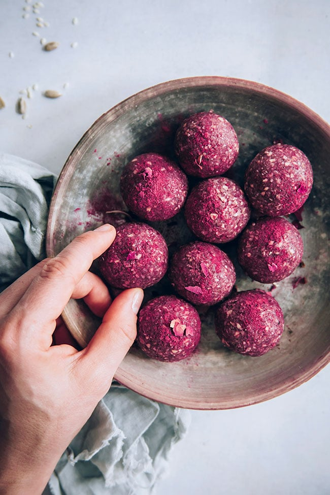 Raspberry seed cycling balls for the luteal phase #vegan #hormonebalance #energyballs #seedcycling | TheAwesomeGreen.com